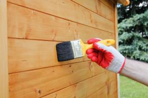 Impregnowanie drewna w ogrodzie. Fot. Altax