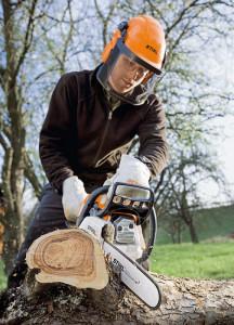 Podczas pracy pilarką łańcuchową konieczne jest wyposażenie ochronne. Fot. Stihl