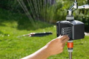 Nawadnianie - moduł sterujący samoczynnie włącza i wyłącza system nawadniania zgodnie z zaprogramowanym czasem. Fot. Gardena