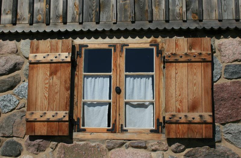 Okiennice - tradycyjne okiennice drewniane z tworzących równą płaszczyznę desek. Fot. Bartosz Nowacki