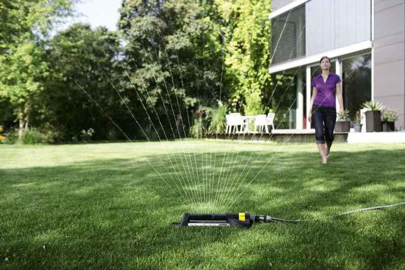 Nawadnianie - liczbę i rodzaj zraszaczy zależy od wielkości i ukształtowania ogrodu. Fot. Kärcher