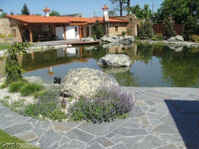 Dekoracyjny staw kąpielowy. Fot. GordoStudio