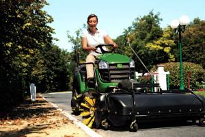Traktorek ze szczotką do zamiatania. Fot. John Deere