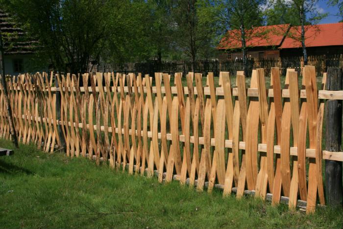 Tradycyjny płot drewniany z łupanych sztachet