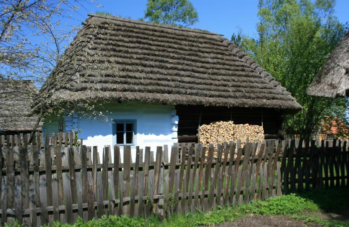 Tradycyjny płot drewniany ze sztachet