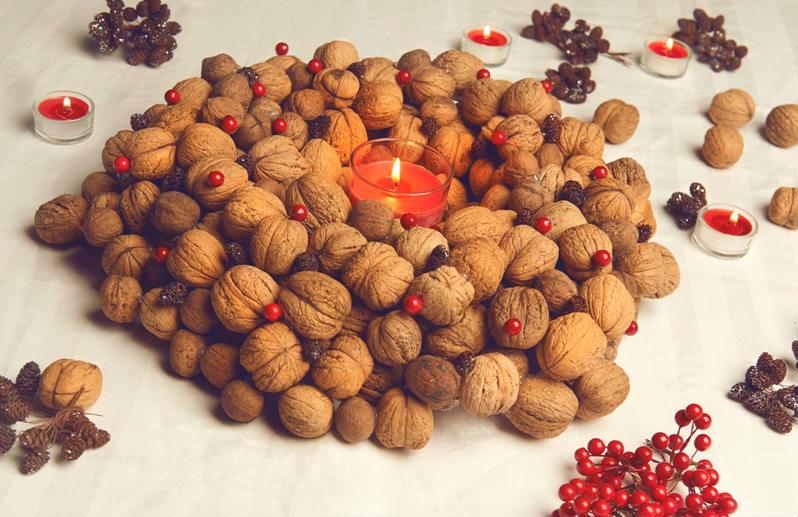 Świąteczny wianek z orzechów włoskich