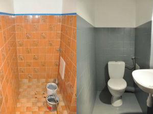 Malowanie płytek ceramicznych - toaleta przed i po malowaniu