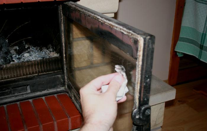 Szmatkę lub papierowy ręcznik kuchenny zwilżamy wodą i przykładamy do popiołu w palenisku, by przyczepiły się do niego drobiny spalonego drewna.