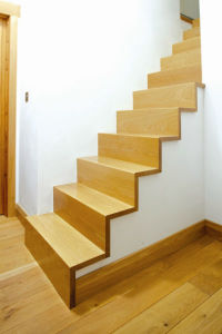 Renowacja drewnianych schodów