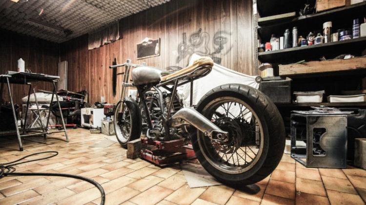 Warsztat w garażu - metalowe regały