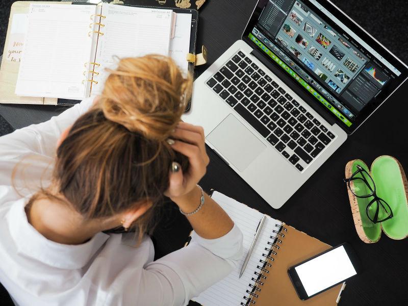 praca w biurze typu open space może być uciążliwa