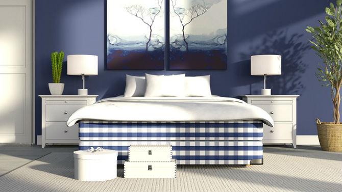 łóżko kontynentalne w niebieską kratę