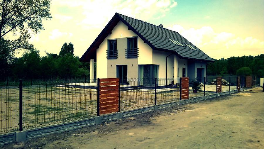 dom i ogrodzenie