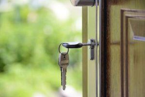 drzwi do domu bezpieczne klucze