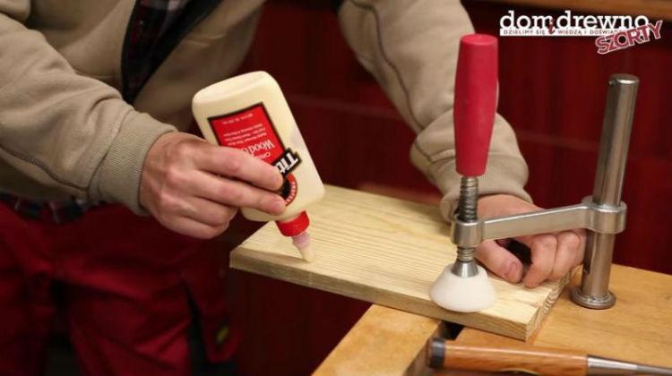 Aplikacja kleju w głąb pęknięcia w drewnie