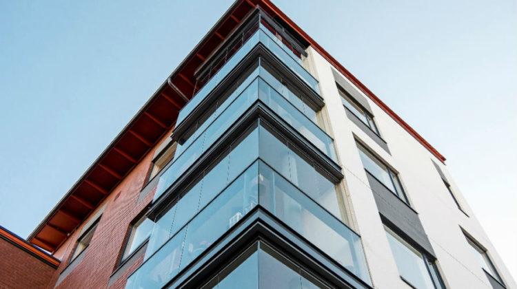 Kiedy sprawdzi się bezramowa zabudowa balkonu?